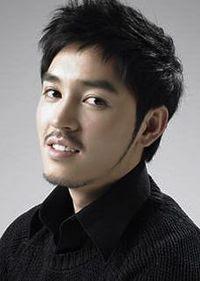 Hwang Yun diperankan oleh Kim Dong Hee kelahiran Juni 1978, ia juga
