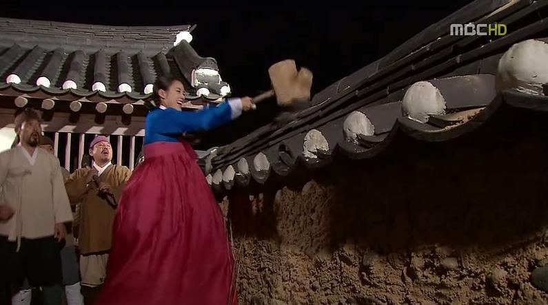 Dong Yi ingin mereka merobohkan tembok istana Ihyeongung. Pekerja itu