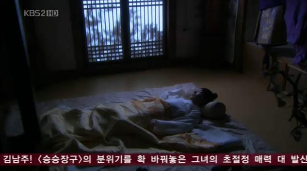 Yoon Hee tidur dengan pulas di kamar Yong Ha yang nyaman dan cozy