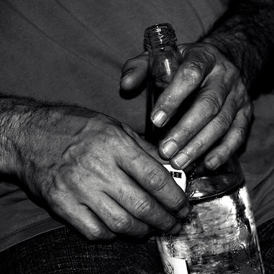 bouteille d'eau de Bru, mains, homme, bottle of water, hands, photo &#169; dominique houcmant
