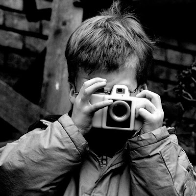 photographer's apprentice, apprenti photographe, child, enfant, plastic camera, learn photography, photo &#169; dominique houcmant