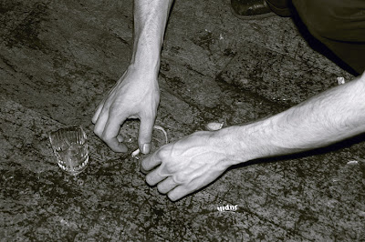 verre brisé, un verre de jupiler cassé, photo de mains, Broken glass, hands, photo copyright dominique houcmant, Goldo