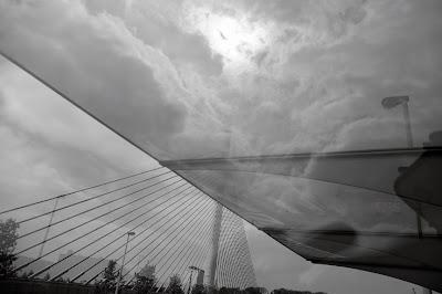 arrêt de bus Angleur, pont haubané du pays de liège, photo dominique houcmant, goldo graphisme
