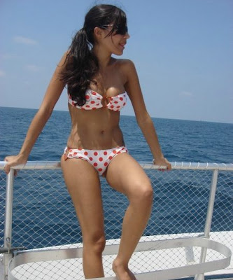 http://4.bp.blogspot.com/_jo1xsRVxX7o/Slf6Z4Y_s9I/AAAAAAAABhw/dQ-49zS20yk/s400/Arab+Girls+in+Bikini+%281%29.jpg