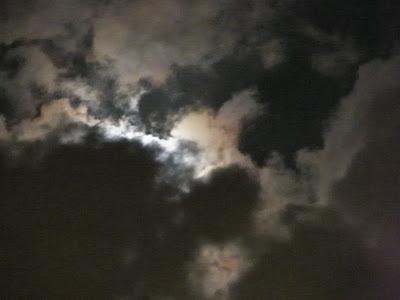 Si haces clic sobre la foto verás claramente la cabeza de Rahu, lista para comerse a Luna