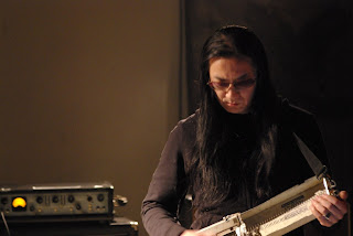 Merzbow med hemmagjort intrument