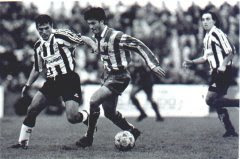 Jugador del Algeciras disputando la liguilla de ese año