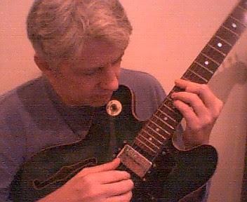 Helio Jenné dedilha sua nova guitarra semi-acústica, em busca de novas harmonias