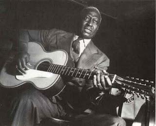 Leadbelly, uma voz forte e uma vida agitada, é um exemplo de folk e bluesman