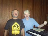 Paulo Malária e Helio Jenné no estúdio, durante a gravação do CD Não Pode Ser Vendido Separadamente
