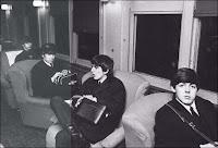 Os quatro Beatles no trem, durante viagem de Nova Iorque para Washington