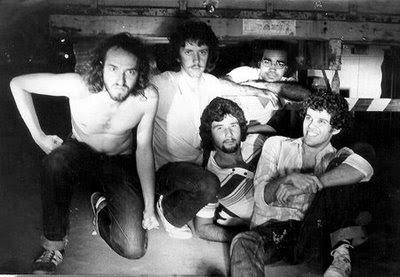 A partir da esquerda: Paulo Malária, Helio Scubi Jenne, Fernando Sá (deitado), Guto Rolim e Zeca Pereira