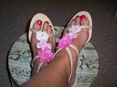 show off her sexy toes in these leather thong sandals