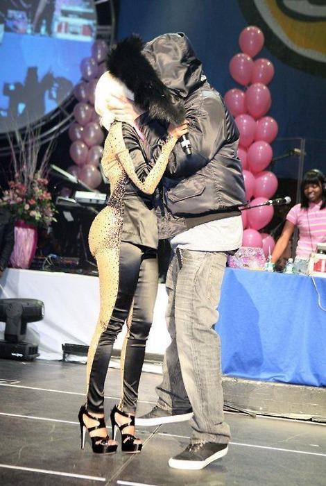 Nicki Minaj Kiss Lil Wayne. YOUNG MONEY#39;S DRAKE AD NICKI