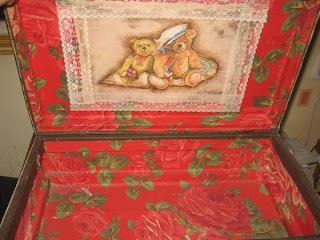 Люблю я старые вещи,вот такой чемодан сделала ,правда давно еще в самом...