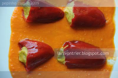 Pimientos del piquillo rellenos de crema de tortilla con salsa del piquillo