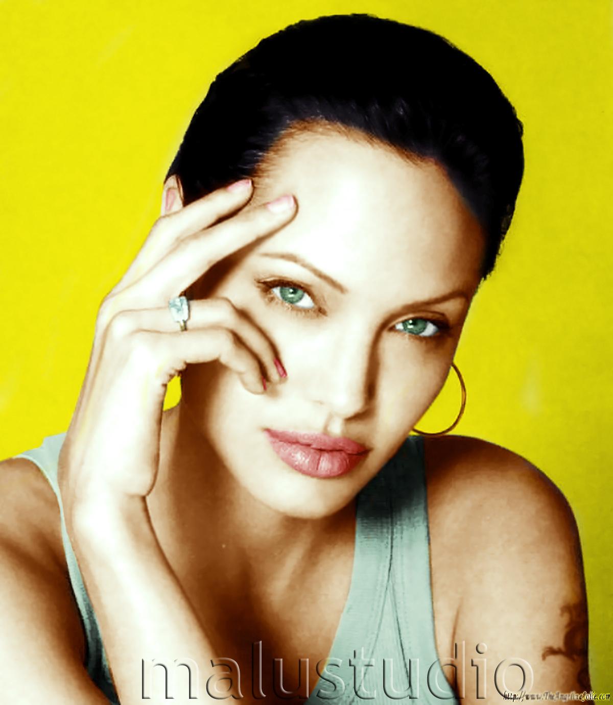 http://4.bp.blogspot.com/_k0qcqtNtpOY/TT3sMsHOBDI/AAAAAAAAYOY/E4pD1cu6zq4/s1600/Angelina_Jolie_Wallpaper__D9ZWIO.jpg