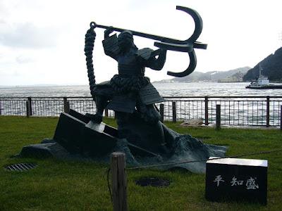平知盛の像