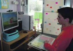 Fotografía de Rubén delante de su ordenador