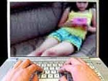 Ibu Bertengkar, Iklan Seks Anak Nongol Online