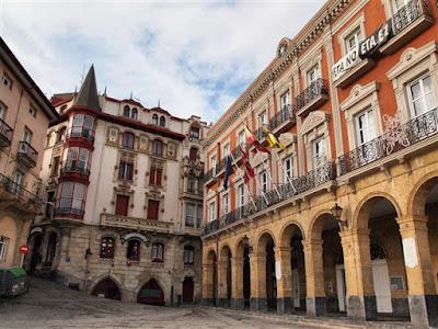 Ayuntamiento de Portugalete (dcha.) y Casa Bustamante (izda.)