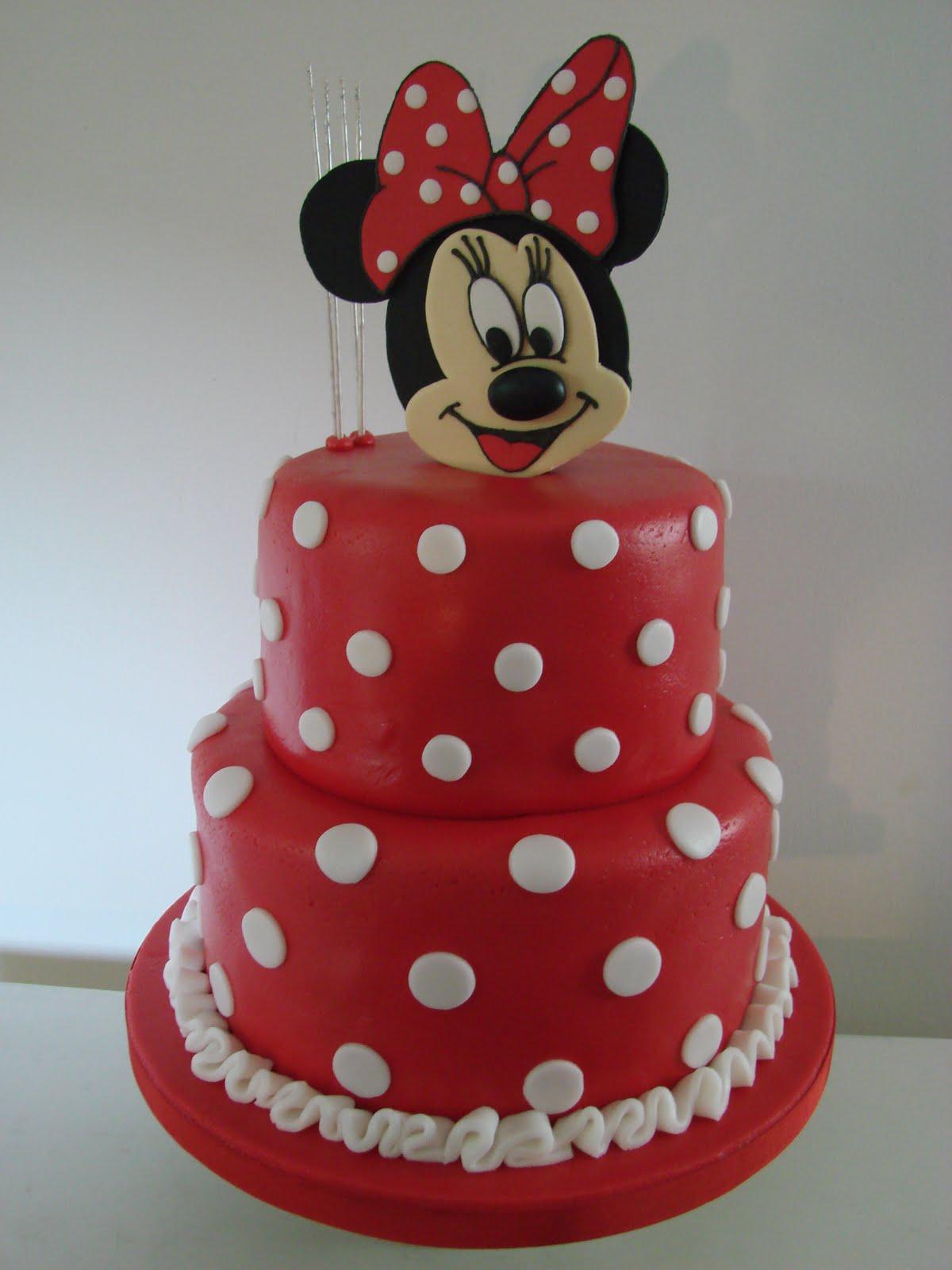 ... Minnie Mouse torta de vainilla con crema de chocolate cubierta de