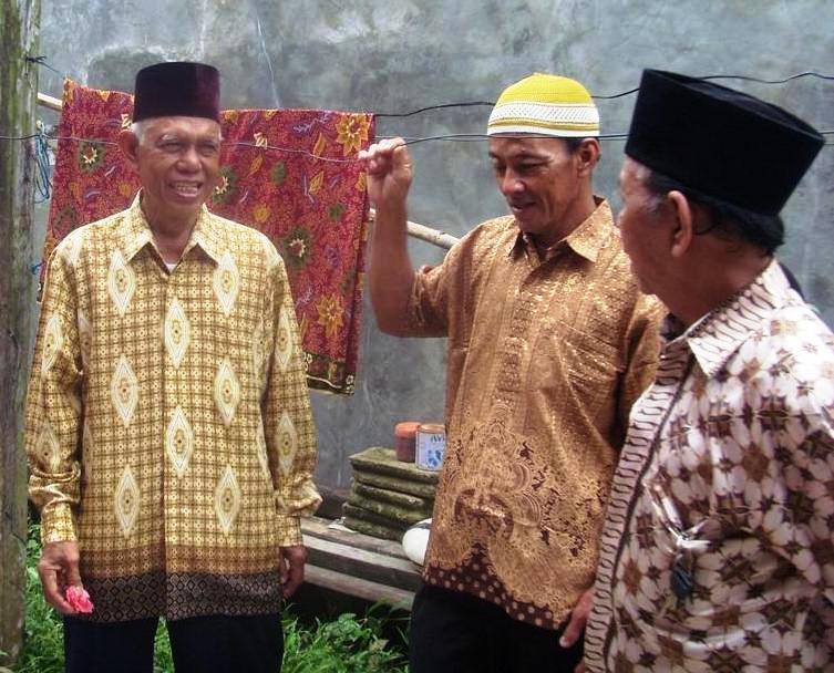 Paman M. Djaini berbincang-bincang dengan besan seusai Pernikahan
