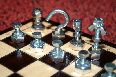 Xadrez feito com parafusos