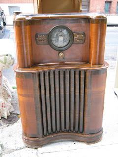 Uhuru Furniture Amp Collectibles 1930s Floor Model Radio Sold