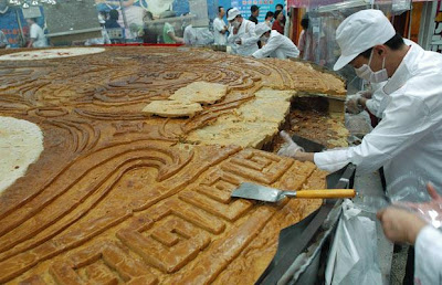 world's biggest moon cake picture, world's biggest moon cake images, world's biggest moon cake photo 2010, world's biggest moon cake video.