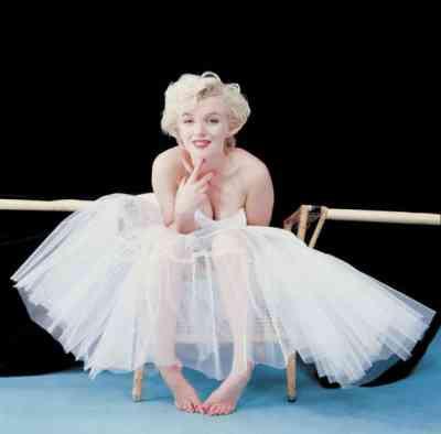 Milton H. Greene - Marilyn Monroe, Ballerina Sitting (1954)