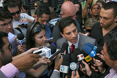 Dr.Ricardo Martins tem 37 anos; É Advogado; Piloto de avião; Professor e Consultor Jurídico de TV.