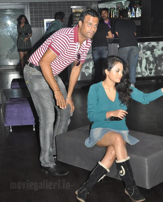 http://4.bp.blogspot.com/_kLvzpyZm7zM/S8VZE9U1VkI/AAAAAAAAJiE/eMvpx6sweDs/s1600/Tamil_actress_Meenakshi_Hot_Photo_Shoot_images_09.jpg