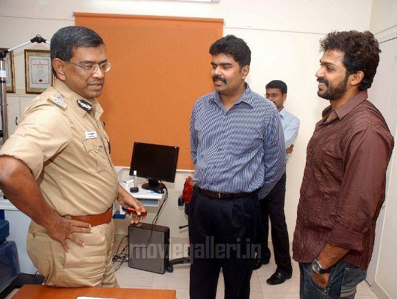 http://4.bp.blogspot.com/_kLvzpyZm7zM/S9Wi43nZuXI/AAAAAAAAKiU/W7zTetjzP3g/s1600/karthi-Dr-Vijay-Shankar-Website-launch-stills-02.jpg
