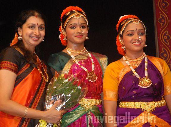 http://4.bp.blogspot.com/_kLvzpyZm7zM/S9Wozb7bqpI/AAAAAAAAKkM/UqKOL7gzOUI/s1600/Revathy-Harita-dhananjayan-Bharathanatyam-arangetram-01.jpg