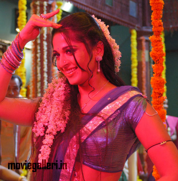 http://4.bp.blogspot.com/_kLvzpyZm7zM/S9jZy4by_3I/AAAAAAAAKxc/YgU1iccFcu4/s1600/anushka_shetty_vedam_movie_hot_stills_pics_02.jpg