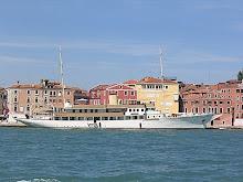 en la proa del barco....nuestra casa  en Venecia....por unos días...maravillosos días..¡¡¡¡¡¡¡¡¡¡¡¡