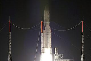 Carregador de satélites Ariane 5 decola na Guiana Francesa.