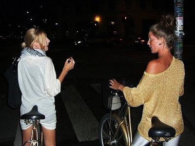 [chicas en bici]