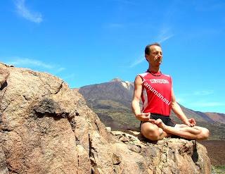Tanumânasî en postura de loto practicando Pranayama en las cañadas del Teide, Tenerife.