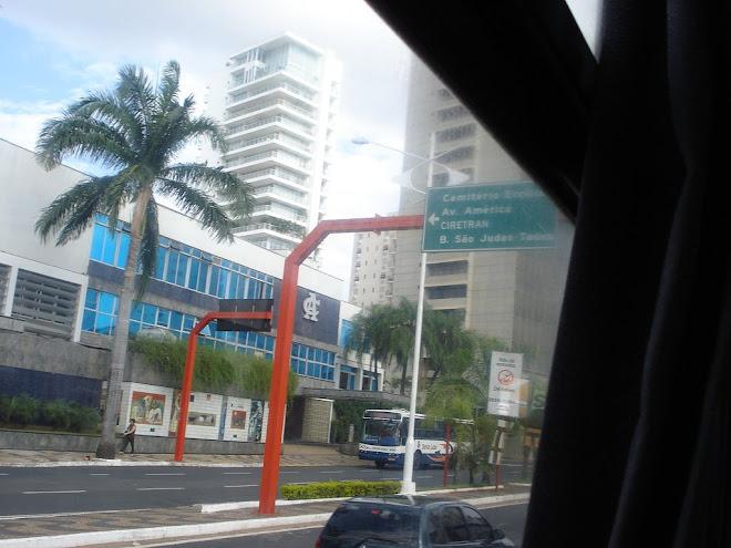 Este prédio branco e as duas torres você vê de quase todos os cantos da cidade