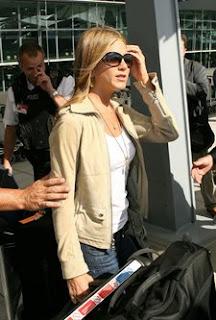 http://4.bp.blogspot.com/_kfyP_DhnAG0/SYodiu3N85I/AAAAAAAAHlc/LdXRgVSsJAg/s400/Jennifer+Aniston+tan+jacket.jpg