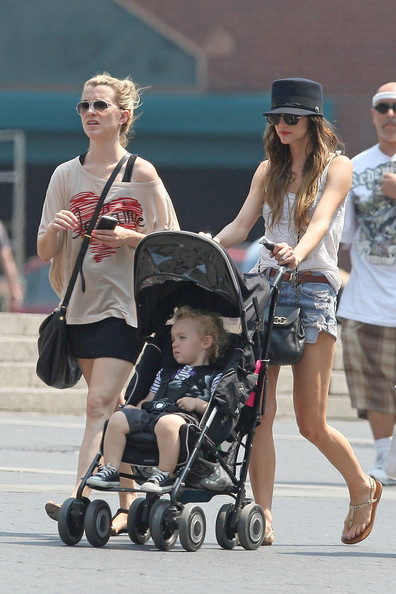 Steal Their Style: Ashlee Simpson in Levis Vintage Jean Shorts
