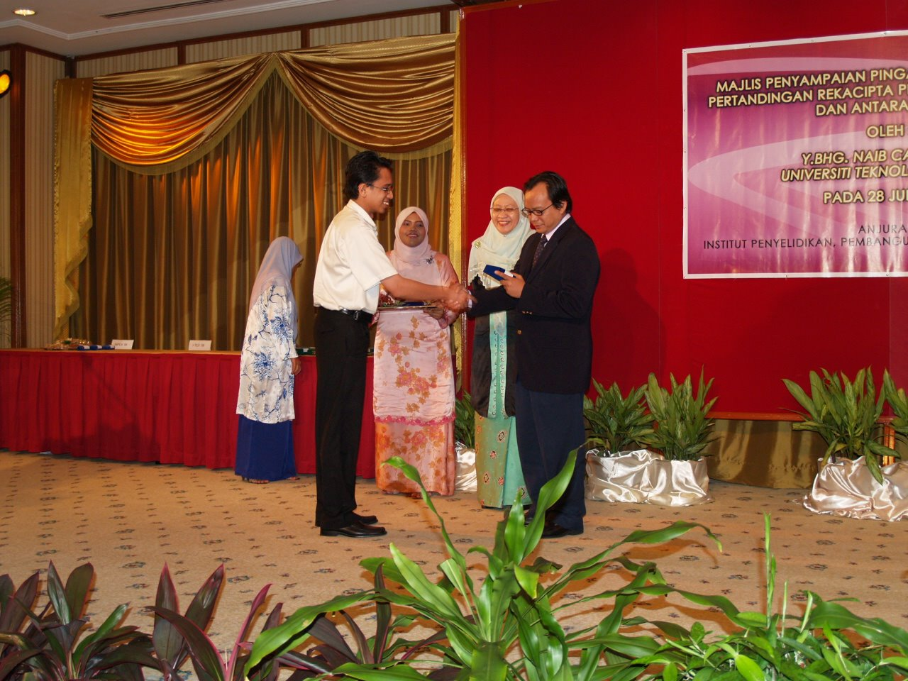 Being awarded a silver medal for one of his research, from Prof Rahmat, the then UiTM's DVC (2006)