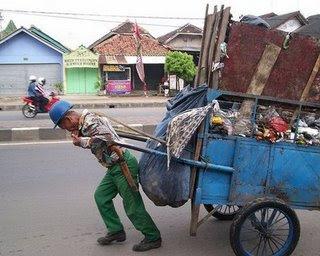 http://4.bp.blogspot.com/_klhAZnO8Kio/SwFTI-tpUGI/AAAAAAAAAUg/L2kHmMFDVhs/s400/tukang-sampah1.jpg