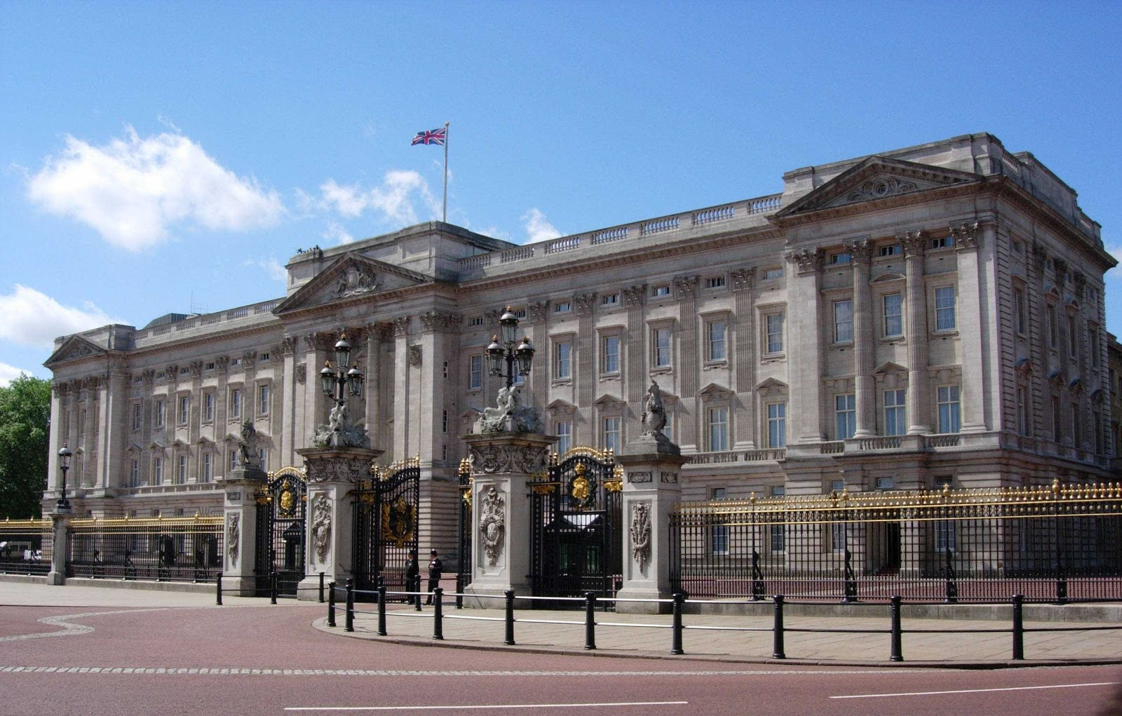 buckingham palace Buckingham palace, the london residence of the queen is one of the few working royal palaces, remaining in the world today.