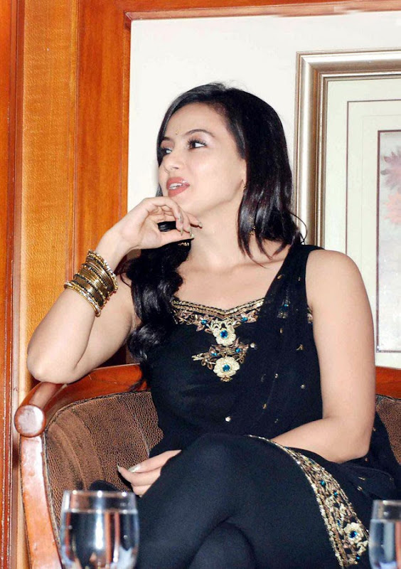 Sana Khan at Aayiram Villakku Audio Release hot images