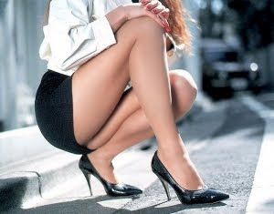 en la prohibición de las minifaldas y los escotes en el lugar de