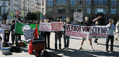 Anonymous sammelt sich am Hauptbahnhof