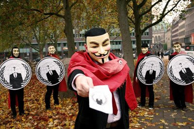 Anonymous mit Flyer